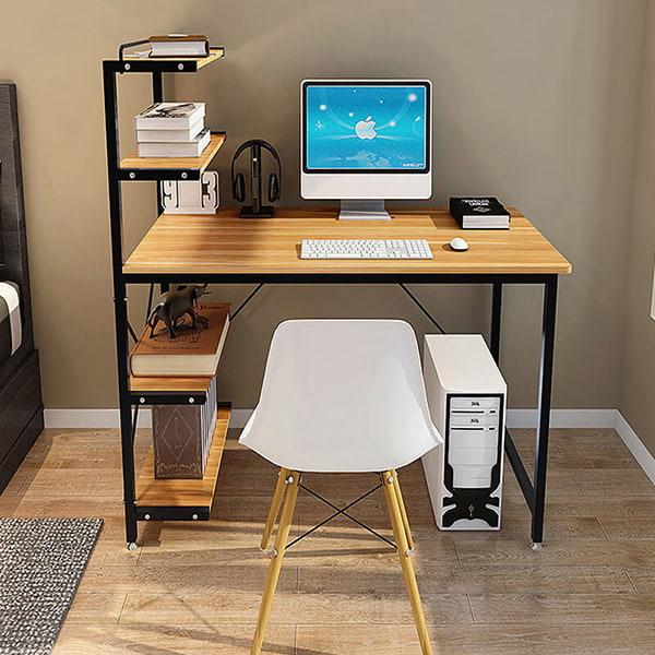 Máy tính, bộ sách giáo khoa được sắp xếp gọn gàng ngăn nắp