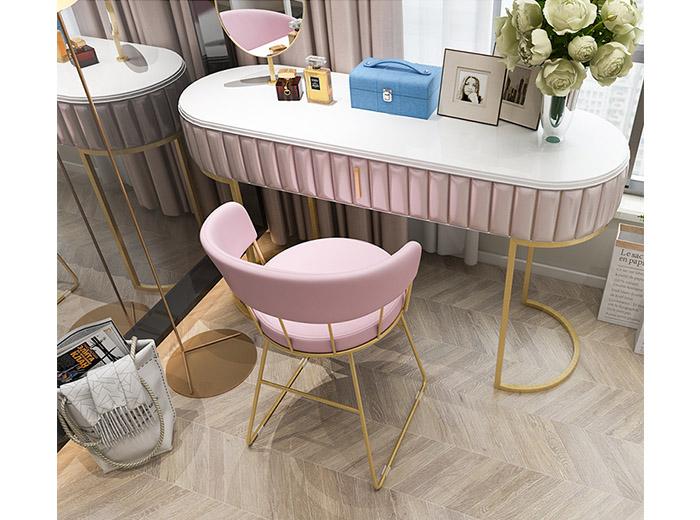 ghế màu hồng lãng mạn cho phòng cô dâu