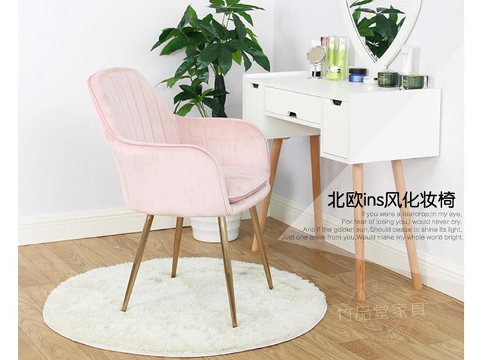 ghế trang điểm màu hồng phấn cho cô dâu