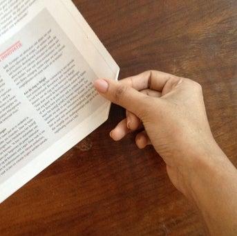 Gấp nhỏ tờ báo vào