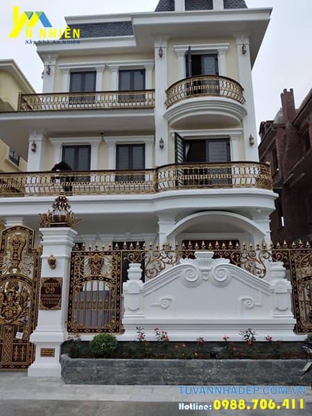 nhà đẹp với bộ cổng và lan can bằng nhôm đúc