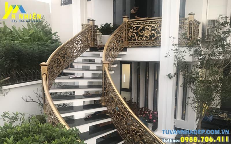cầu thang nhôm đúc sau khi thi công thực tế